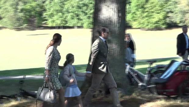 Här anländer Estelle till skolan hand i hand med föräldrarna