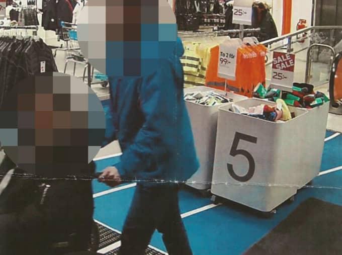 Den ena gärningsmannen, en 25-årig man, satt i rullstol och den andra körde runt mannen i butiken. Foto: Polisen