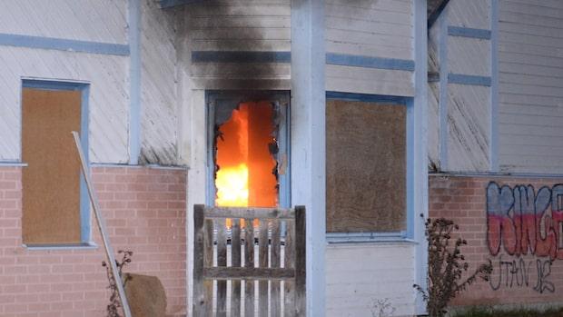 Våldsam brand utbröt i gammal Coop-butik