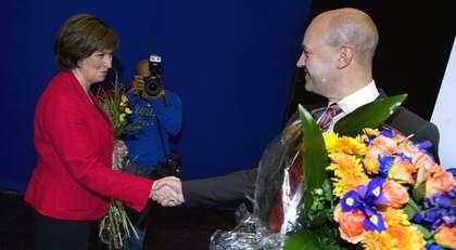 """Pratglada. Partiledarna borde lyssna mer på varandra och argumentera i stället för att attackera. """"Örat är varje politikers bästa vän i debatten, men det är som sagt sällan det används i Sverige"""", skriver Elaine Bergqvist. Foto: SCANPIX"""