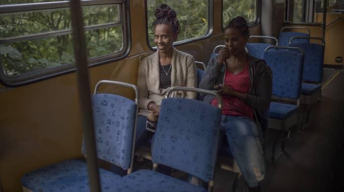 Samrawit Taeme och Yordanos Simon lärde känna varandra när de kom samtidigt från Eritrea till Sverige. Efter ett år på asylboendet i Vittangi är de redo att ta steget ut i det nya livet, tillsammans, i Göteborg. Samtliga reportage går att läsa på Expressen.se. Foto: Meli Petersson Ellafi