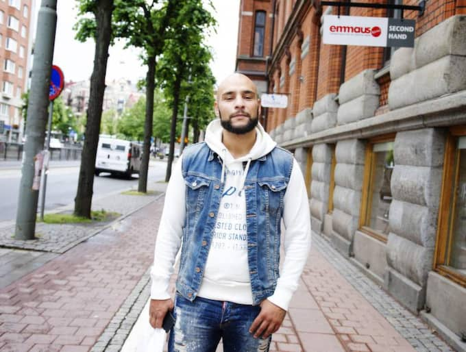 1. Vad tycker du om alla fattiga tiggare från Östeuropa? 2. Vad ska samhället göra för att hjälpa dessa människor? Nebil Gadaffi, 30, sjukskriven, Angered 1. - Det är synd att de måste svälja sin stolthet och tigga. Många är kapabla att jobba. Varför kan vi inte erbjuda dem jobb? 2. - Sverige är ett stort land, vi har möjlighet att ta emot människor. Det behövs byggas fler bostäder. Foto: Anna Svanberg