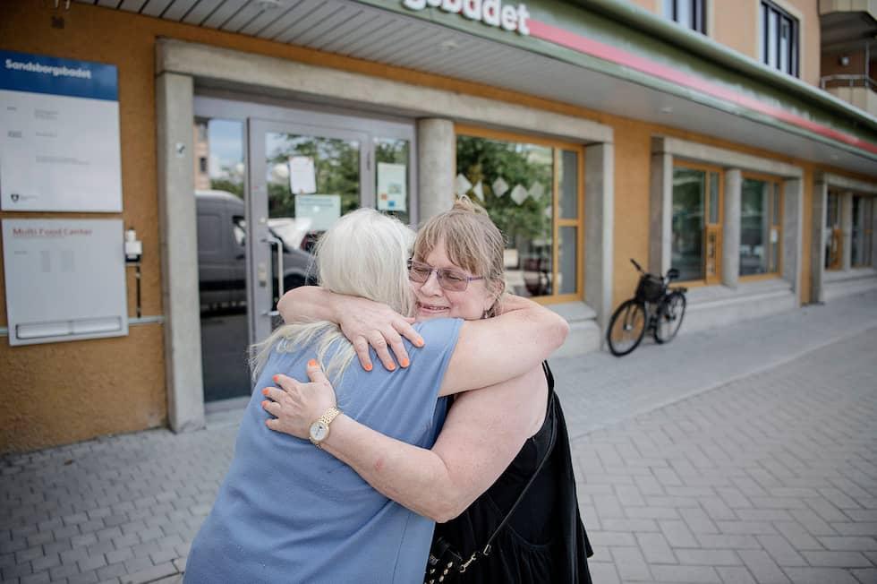 Elisabet Servaeus och hennes bästis Yvonne Domeij, 72, Yvonne lever på 3032 kronor när hennes hyra är betald. Foto: Alex Ljungdahl
