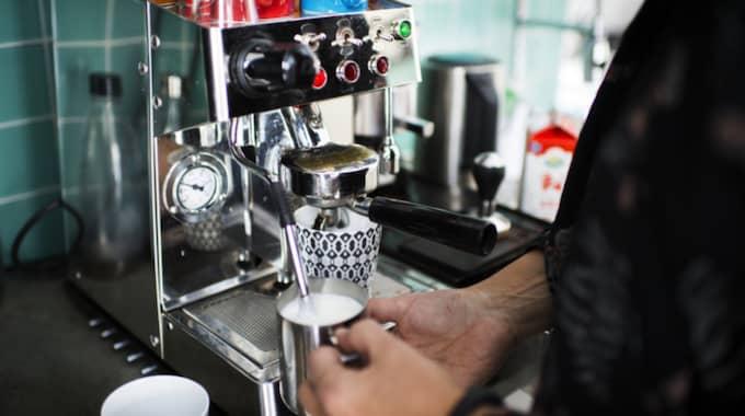"""Espressomaskinen är ett populärt inslag i hemmet: """"Båda två är utbildade baristor, vilket innebär att det är väldigt gott kaffe i huset."""" Foto: Robin Aron"""
