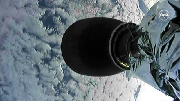 36 000 maskar skickades upp i rymden - se anledningen