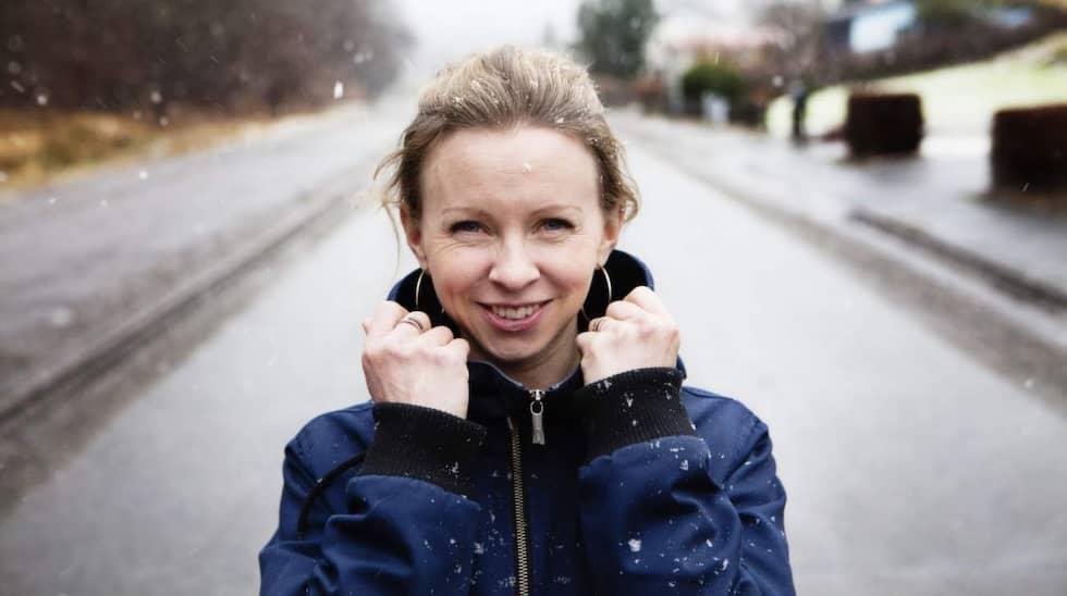 """Emma Holmgren blev utbränd av dubbeljobbet. Nu har hon skrivit en bok om sjukdomen - och vägen tillbaka. """"För mig hjälpte det att läsa på och att få dela med mig. Det är skönt att få känna igen sig i andra, veta att man inte är ensam"""", säger hon. Foto: Tomas Ohlsson"""