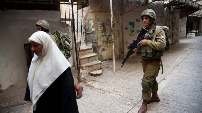 Ockupation. Israelisk militär skyddar en illegal bosättning på Västbanken 2017. Foto: RYAN RODRICK BEILER/SHUTTERSTOCK / SHUTTERSTOCK