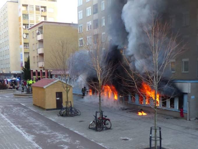 Fem personer skadades i branden som var anlagd enligt polisen. Foto: Läsarbild