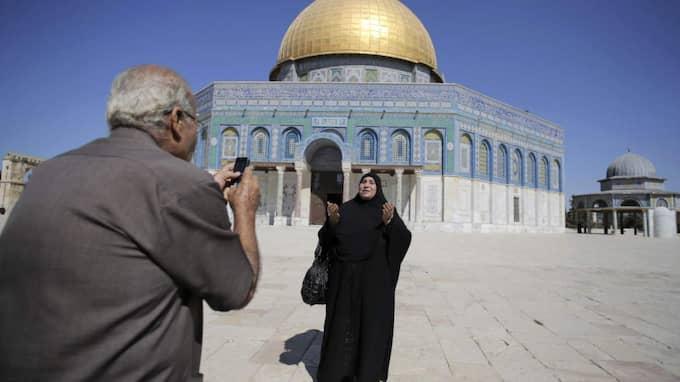 Erkänd. En palestinsk kvinna från Gaza poserar framför Klippmoskén i Jerusalem. Foto: AMMAR AWAD/Reuters