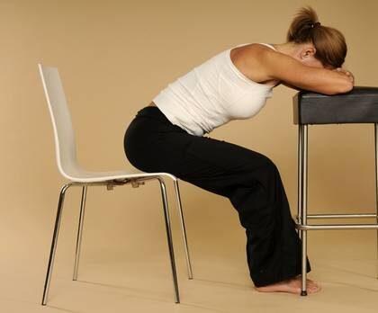 Det tar bara några minuter att få ny energi på jobbet - med några enkla yogaövningar.