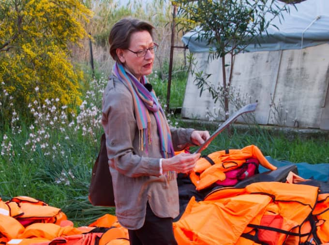 """Feministiskt initiativs ledare Gudrun Schyman befinner sig just nu på Lesbos tillsammans med den svenska organisationen """"Vi gör vad vi kan"""" för att se vilka konsekvenser EU-beslutet får. Foto: Mimika Kirgios / MIMIKA KIRGIOS"""