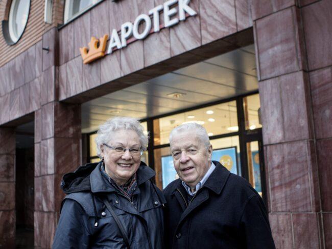 """<strong>ENKÄT: ÄR DU OROLIG FÖR BIVERKNINGAR AV LÄKEMEDEL?</strong><br /><strong>Asta Thymé, 82, och Hans Thymé, 81, pensionärer, Bromma.</strong><br />Asta: """"Vi är inte oroliga men har gått på ett par nitar. Jag har nyligen blivit diabetiker och har ett högt blodtryck. Jag fick en sorts tablett för blodtrycket men fick stickningar i händerna. De domnade bort och så gick jag upp fem till sex kilo. Jag har fått en annan medicin nu men av det fick jag rethosta. Jag har fem olika mediciner och de fungerar alldeles utmärkt""""."""