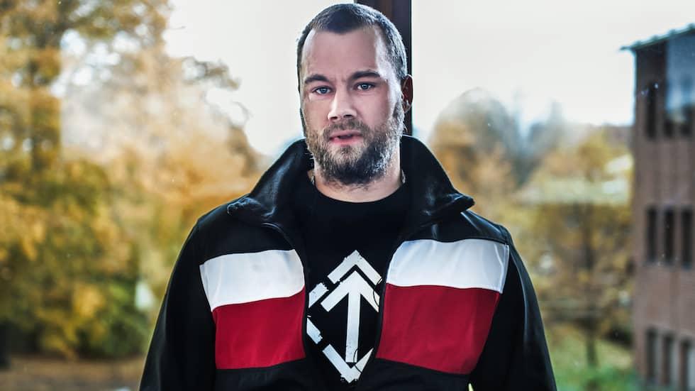 Under Pär Sjögrens tröja syns en svart T-shirt med en tyrruna, en symbol som användes av Hitlers nazister under andra världskriget och som numera är NMR:s logotyp. Foto: ANNA-KARIN NILSSON