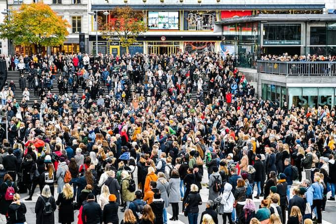 Tusentals protesterade mot sexuella trakasserier och övergrepp den 22 oktober 2017. Foto: ALEX LJUNGDAHL
