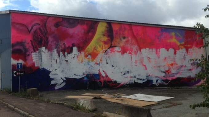 Göteborgskonstnären Carolina Falkholts nya muralmålning på Ringön vandaliserades natten mot lördag. Foto: Anna Bergman