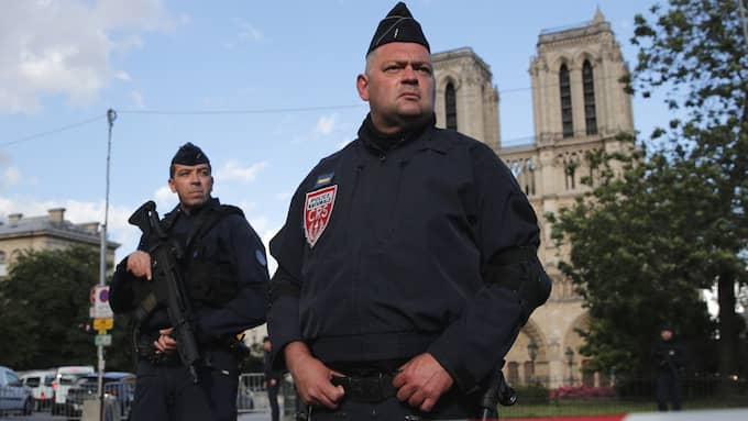 Mannen som överföll polis i Paris ska ha studerat i Sverige. Foto: CHRISTOPHE ENA / AP/ TT