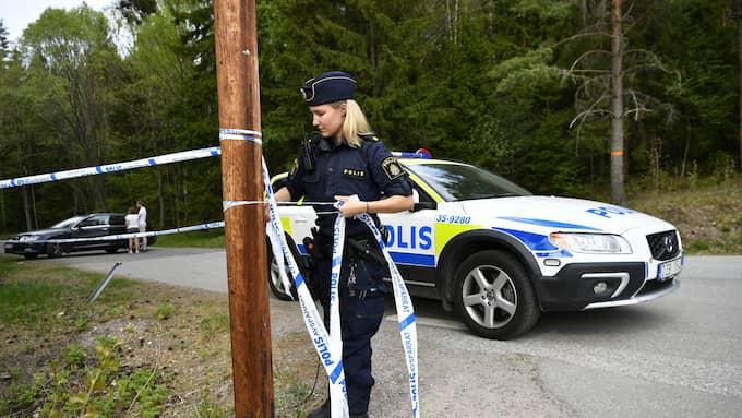 En person hittades död under söndagsmorgonen. Polisen befann sig på platsen under dagen. Foto: Alex Ljungdahl