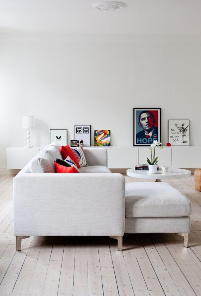 Vardagsrum. Soffbordet är ett loppisfynd från Skara. Tavlan Hope i är en reproduktion av Shepard Faireys porträtt av Barack Obama som togs fram under presidentkampanjen 2008. Den lilla fjärilstavlan i vardagsrummet köpte Johanna på Naturhistoriska museet i New York hösten 2011.