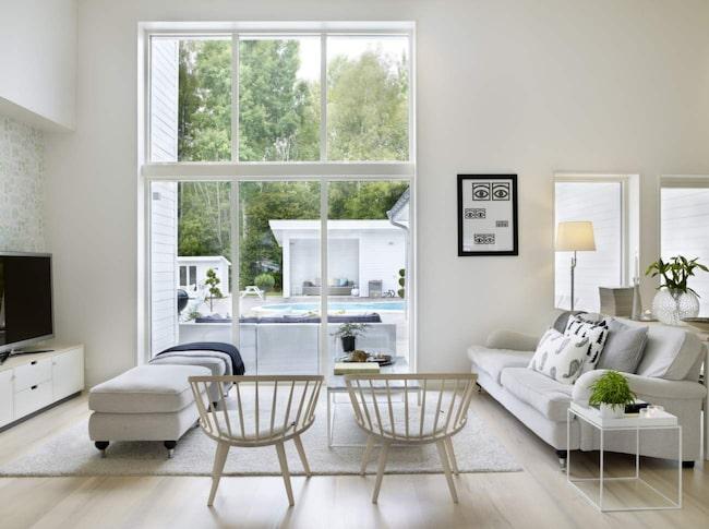 Den höga golvlampan är på väg att bli populär igen. Med den kan du begränsa belysningen till en fåtölj eller soffa. Golvlampan är lätt att flytta vilket är bra vid ommöbleringar.