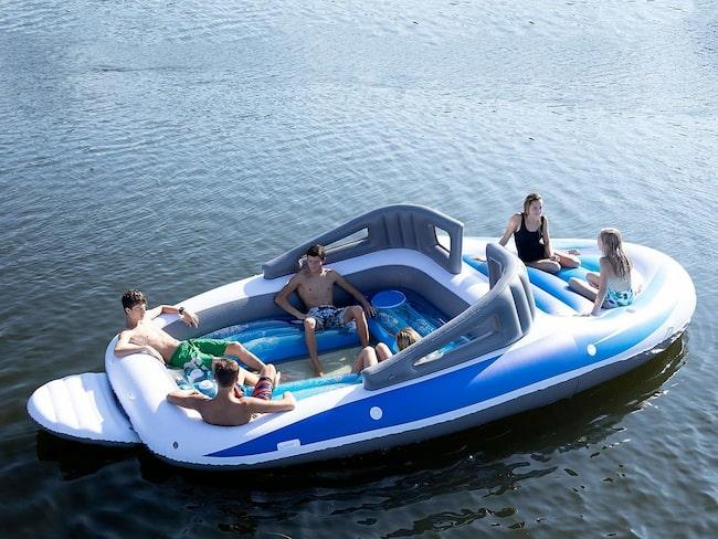 En uppblåsbar motorbåt – året hetaste badleksak?