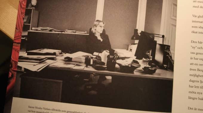 Externt magasin. Statens myndigheter för världskultur ger ut ett årsmagasin som görs av en extern byrå med externa fotografer, trots att myndigheter har egna anställda med samma kompetens. Här en bild på överintendenten vid sitt skrivbord i årsmagasinet 2013.