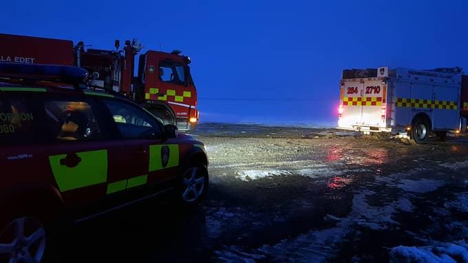 Räddningstjänsten är på plats för att bekämpa läckan. Foto: MIKAEL BERGLUND/ NYHETER STO