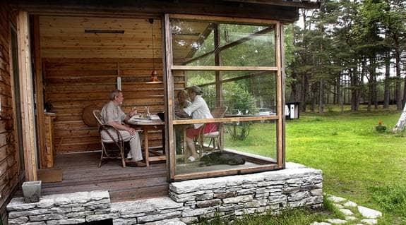 Uterum är sommarens nya trend. Många vill ha känslan av att sitta utomhus, trots kyla och blåst. Foto: Cornelia Nordström