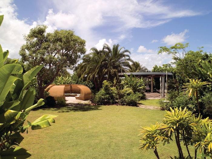 Hotellet är byggt runt en lummig innergård.