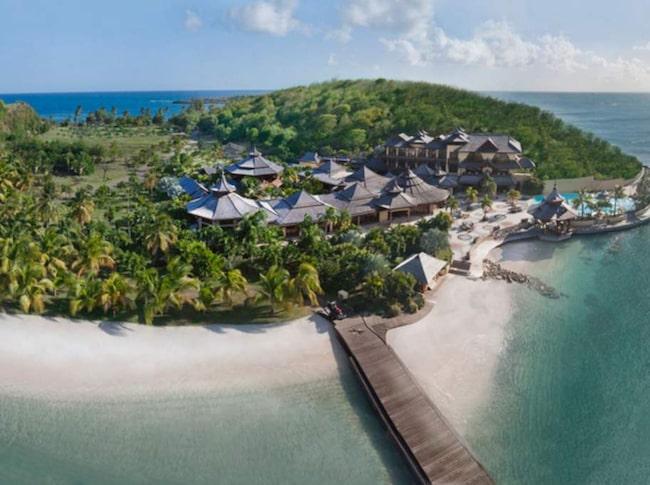 CALVIGNY-ÖN: 3,2 MILJONER KRONOR.<br>Paradisön utanför Grenada har rustats upp för mer än en miljard kronor  under senare år. I priset ingår en vecka i huvudbyggnaden som har plats  för 20 personer. Där finns badrum i marmor, persiska mattor och möbler  designade av Oscar de la Renta.