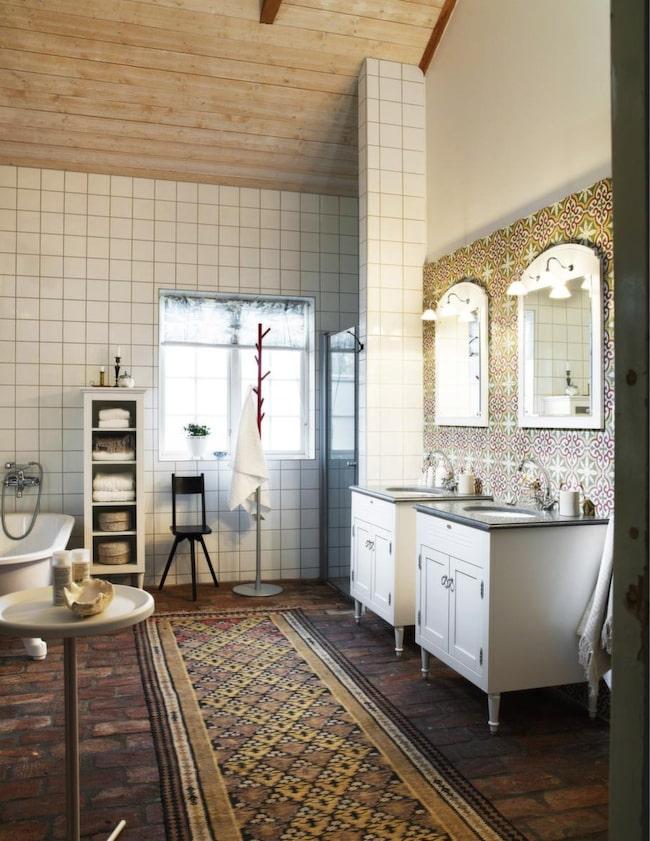 <span>Franskinspirerat i marmor - Louis, Vedum</span><br>Badrumsserien Louis har en gustaviansk prägel och tillverkas med hantverksmässig omsorg. Här har man tagit svensk tradition och placerat i ett franskinspirerat badrum. Det finns möjlighet att göra materialval i marmor och kalksten samt att välja matchande tillbehör. Levereras monterad.<br>Pris: Underskåp i vitt utförande med tvättställsskiva i Jämtlandskalksten, 21 012 kronor/styck, spegel inklusive lampetter, 3 508 kronor/styck.