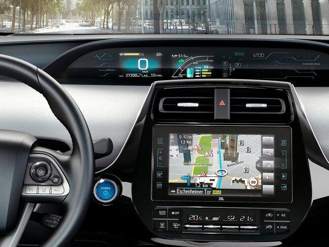 Bildskärmen i en Toyota Prius. Än vet vi inget om vilka tillverkare eller modeller som tekniken hamnar hos.