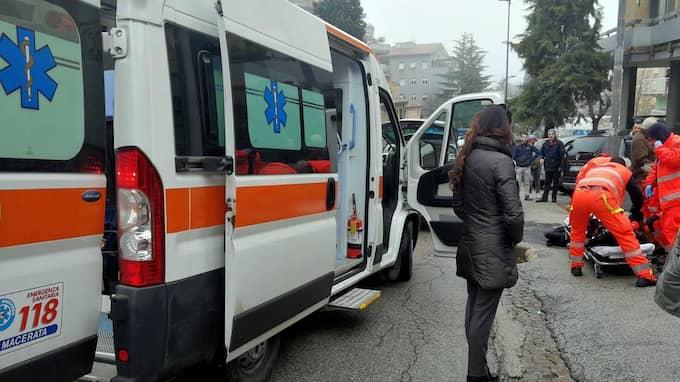 Minst en person har öppnat eld från en bil i den italienska staden Macerata i Italien. Foto: GUIDO PICCHIO / EPA / TT / EPA TT NYHETSBYRÅN