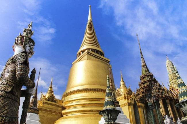 Ett besök i Bangkok är inte komplett utan att ha besökt Thailands mest kända museum – Wat Phra Kaew (eller Gyllene Buddhans Tempel). Det innehåller över 100 byggnader.