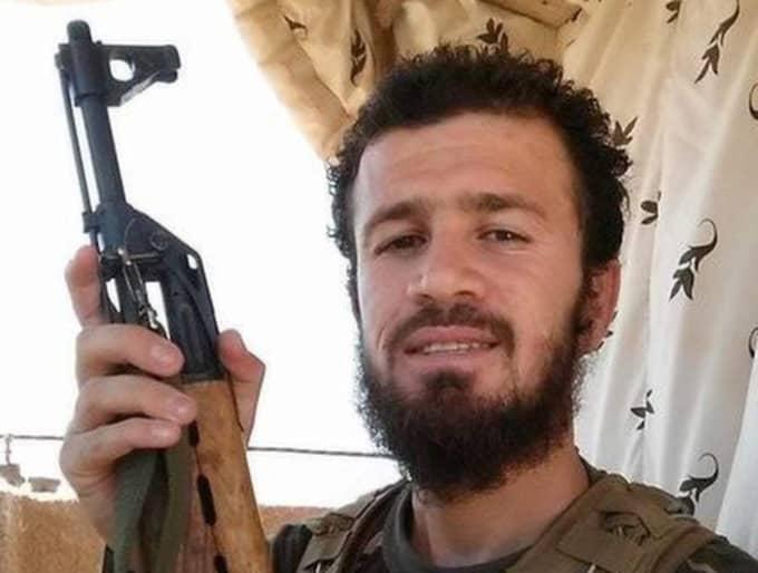 """Walad Yousef Född 1990. Skriven i Malmö. Ska ha anslutit till Islamiska staten förra sommaren. När en vän sa att Yousef, som själv är från den kurdiska provinsen Dohuk i norra Irak, blivit hjärntvättad och att han borde återvända, fick han bara till svar han var där han hör hemma. """"Jag vänder mig mot den som vänder sig mot Allah"""", sa Yousef och försökte rekrytera vännen. - Han sa """"Kom, min broder. Du ska se hur det är. Du ska inte ångra dig"""", berättar vännen. Det var sista gången de hade kontakt. Expressen har sökt honom utan framgång. Det är oklart om Yousef lever."""