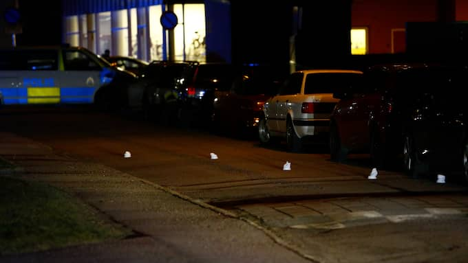 Polisen har markerat ut bevis. Foto: FOTO: HENRIK JANSSON