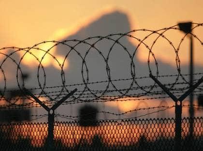 """1. GUANTÁNAMO: Obamas första beslut. Fånglägret på Kuba ska stängas inom ett år. Presidenten beordrade också nya regler för hur misstänkta terrorister ska förhöras. I praktiken innebär detta ett slut på Bushs """"Kriget mot terrorismen"""". Foto: AP"""