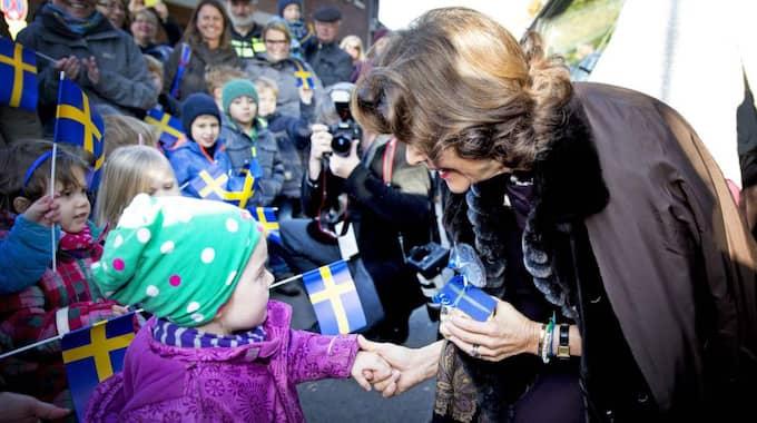 Hälsade på barnen. Vid drottningens besök i tyska Herzogenrath hade många barn och vuxna samlats för att se på uppbådet. Drottning Silvia tog i hand och mötte barnen som viftade med svenska flaggor. Foto: Robin Utrecht