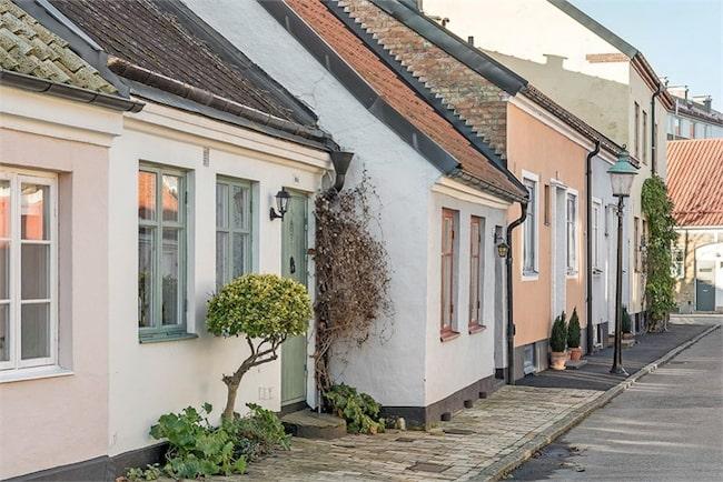 Huset från 1842 ligger i pittoreska och kulturskyddade kvarter med högt värde.