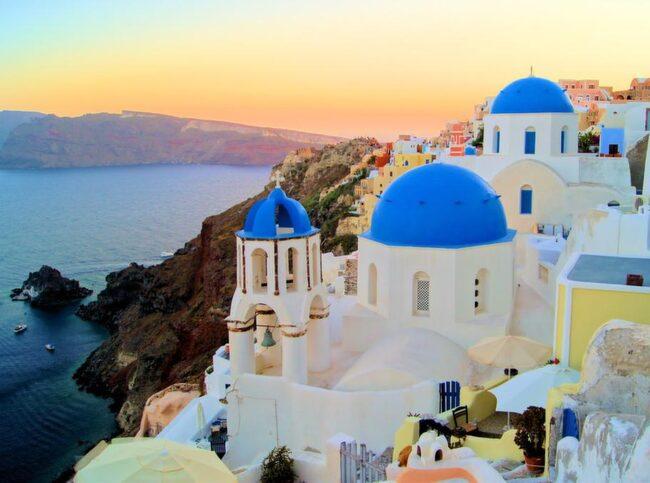 Europas vackraste vy? Santorinis huvudstad Fira sluttar mot vulkankratern och erbjuder fantastisk utsikt över land och hav.
