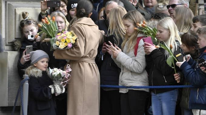 Flera besökare ryckte i kronprinsessan och överlämnade blommor. Foto: Claudio Bresciani/TT