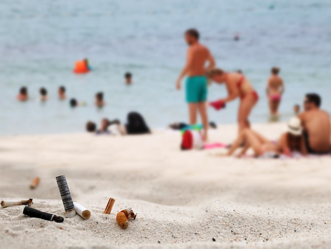 Rökförbudet införs sedan myndigheterna tröttnat på de miljontals fimpar som slängs på landets stränder och gator varje år.