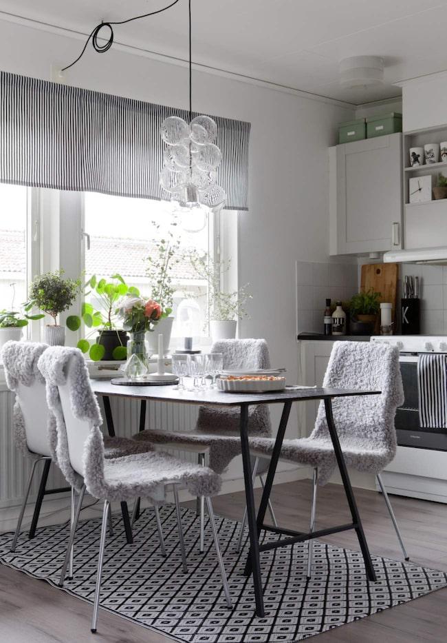 Köksbordet har Sara tillverkat av två skrivbordsben från Ikea och en svartmålad träskiva. Taklampa från House doctor och matta från Lagerhaus.