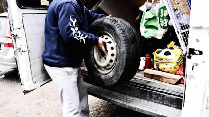Det var i natt som flera personer vandaliserade tiggarens bil i Habo. När mannen i bilen vevade ner rutan fick han en smäll i ansiktet. Foto: Elin Elderud/Jönköpings-Posten