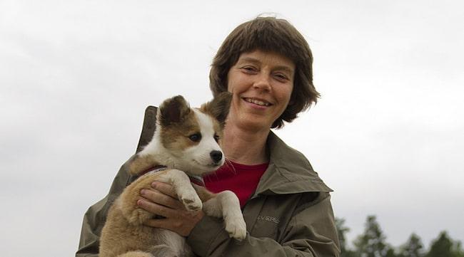 FÅR ENERGI. Hundinstruktören Gunilla Melkersson får energi av solen - som bildar D-vitamin - och hundarna Asta och Draka.