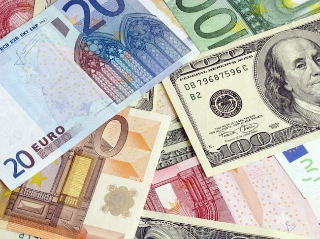 Eurokursen mot dollar är den lägsta sedan hösten 2003. Hårdast slår krisen mot resevalutan. Det blir dyrare att resa till dollarstyrda ekonomier.