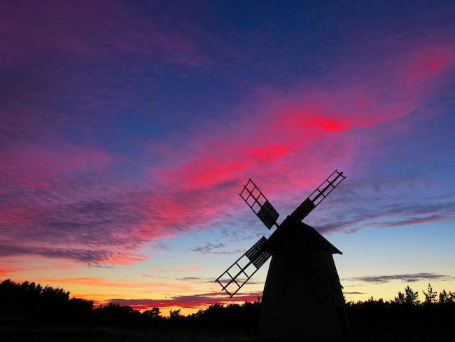 Innan sommarnatten är här färgar dagens sista solljus de högsta molnen ovan Fårö röda.