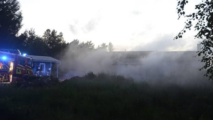 En brand rasar i en villa utanför Kungälv på söndagskvällen. Foto: Niklas Göransson