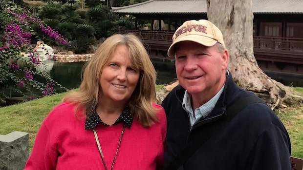 Paret sitter i coronakarantän – tusentals mil ifrån varandra