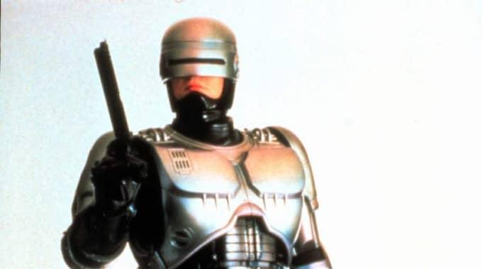 ROBOCOP. Redan 1987 kom den första Robocop-filmen, där Paul Weller spelar en polis, till hälften människa till hälften maskin. Richard Eden (bilden) hade huvudrollen i tv-serien och svenska Joel Kinnaman är Robocop i nyinspelningen som går på bio nu.