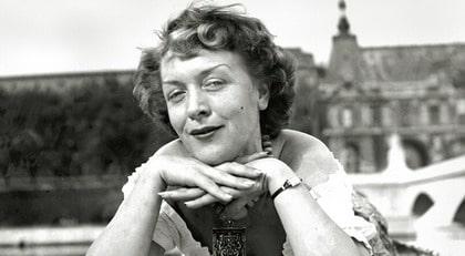 På en bro över Seine. Karin Lannby älskade Paris, där slutade hon också sina dagar.